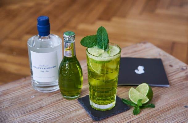 Gin Tonic Matcha Cocktail mit Schweppes Premium Mixer und Stauffenberg Gin