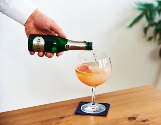 Zubereitung des Grapefruit Gin Spritz