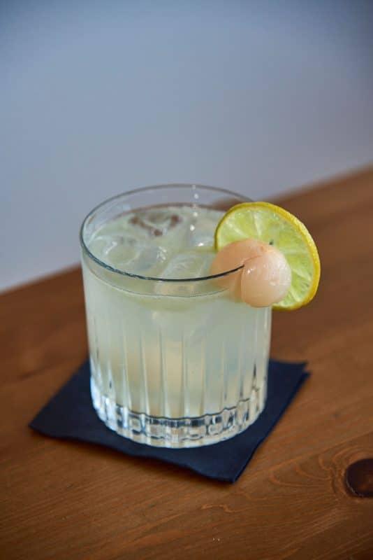 Leckerer Cocktail mit Litschi und Gin